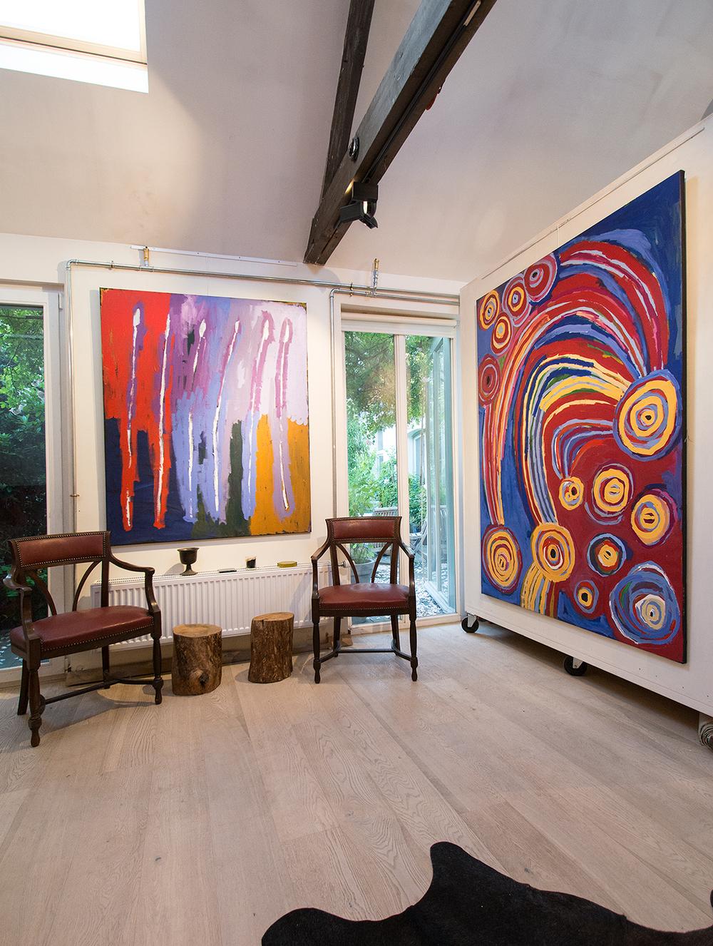 """De gauche à droite, œuvres de Freddy Ken, Barbara Moore, présentées lors de l'exposition """"Paysages incarnés du désert (APY land)"""". En partenariat avec Tjala Arts."""