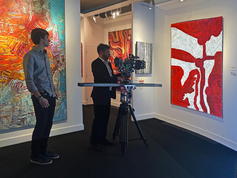 L'artiste Betty Pumani sous les feux de la rampe, avec une prise vidéo, alors qu'en Australie au même moment à Darwin, elle vient de gagner le grand prix toutes sections confondues du Telstra Award 2015.