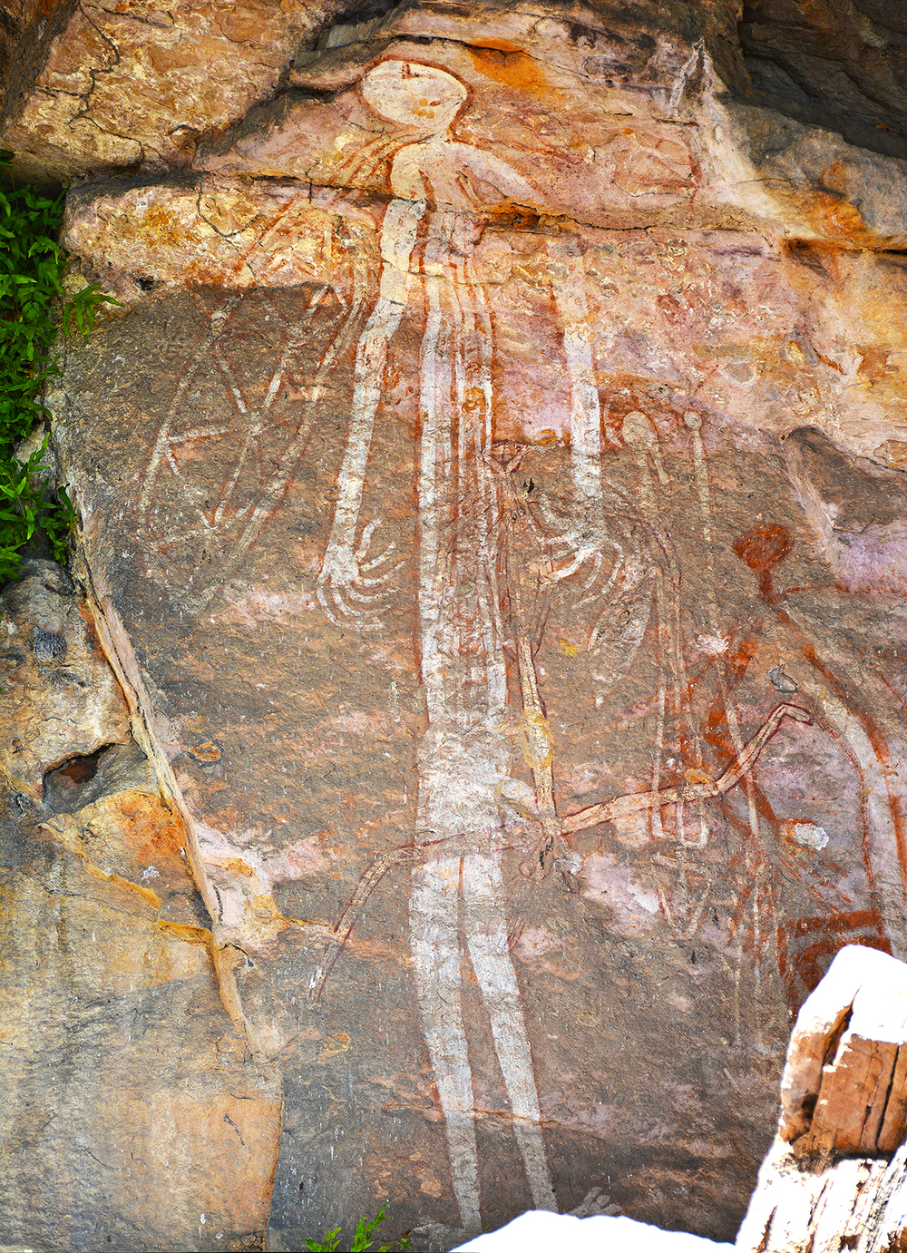Figure d'esprit peint sur une paroi rocheuse dans les territoires du nord, à la limite du parc du Kakadu. © Photo Aboriginal Signature