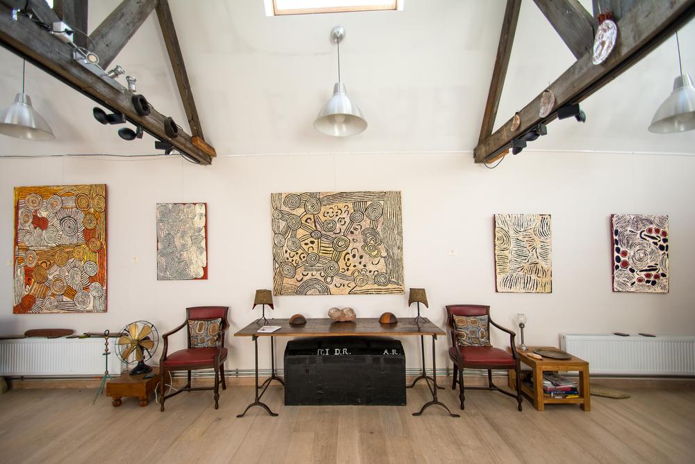 De gauche à droite, des œuvres des artistes Nancy Nungurrayi, Rosie Nampitjinpa, Nancy Nungurrayi, Ningura Napurrula, présentées lors de l'exposition Papunya : Big Bang.