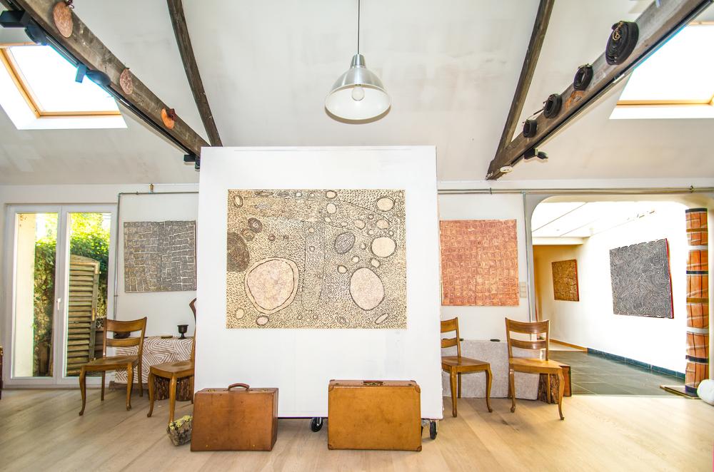 De gauche à droite : les artistes Aborigènes Ray James Tjangala, Yinarupa Nangala, Ray James Tjangala, exposées à Bruxelles dans l'exposition Papunya : Big Bang.