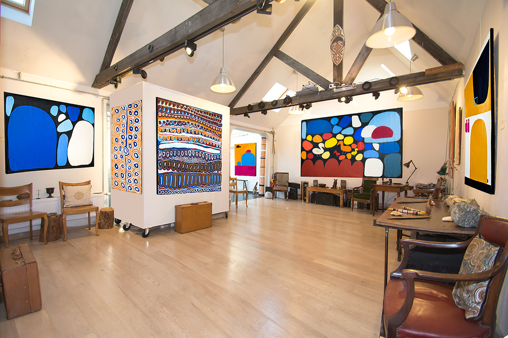 Vue de l'exposition d'art Aborigène Kaléïdoscope millénaire à partir du 18 novembre 2015 prochain. De gauche à droite sur le mur de gauche : l'artiste Keturah Nangala Zimran, Alice Nampitjinpa, Narputta Nangala Jugadai. © Ikuntji. Naomie Hobson. Au fond de la pièce : l'artiste Aborigène Keturah Nangala Zimran.