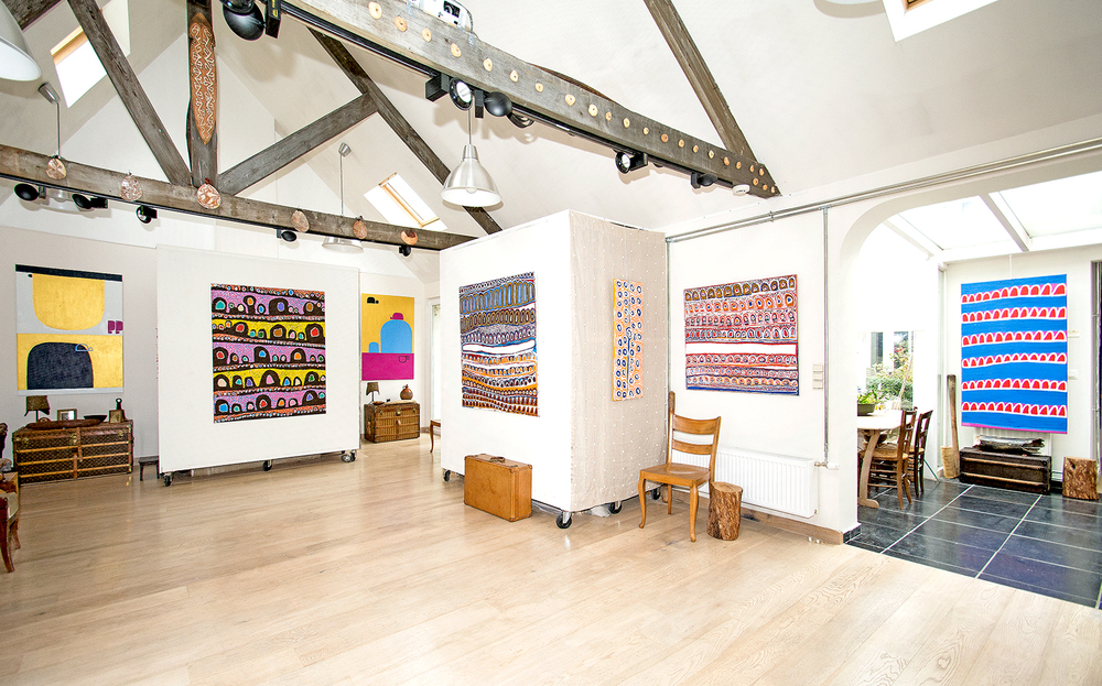 Exposition Kaléidoscope millénaire avec les artistes d'Ikuntji. De gauche à droite : Naomie Hobson, Linda Napurrula, Naomie Hobson, Narputta Nangala, Alice Nampitjinpa, Narputta Nangala, Molly Napaltjarri.