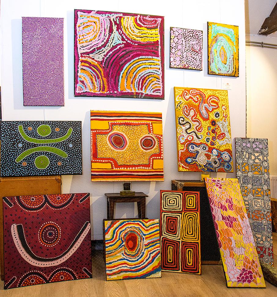Petits formats et trésors des artistes des communautés Aborigènes de Mangkaja, Warakurna, Ikuntji, Papunya, Yuendemu, Ngurra Art centre...