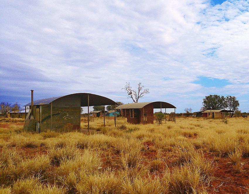 Premières implantations et maisons de Papunya. © crédit photo : Roseline D.
