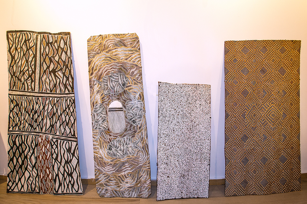 Ecorces peintes en pigments naturels, des artistes (de gauche à doite)Nongirrna Marawili,Dhupilawuy Marika, Wukun Wanambi, Garawan Wa]ambi. © Photo : Aboriginal Signature gallery, with the courtesy of the artists and Yirrkala art.