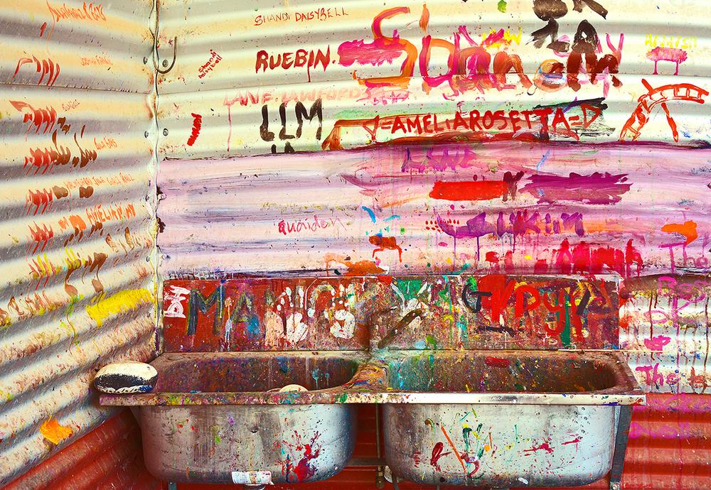 Lieu de convergence des artistes Aborigènes du centre de Mangkaja : l'évier. © photo Aboriginal Signature.