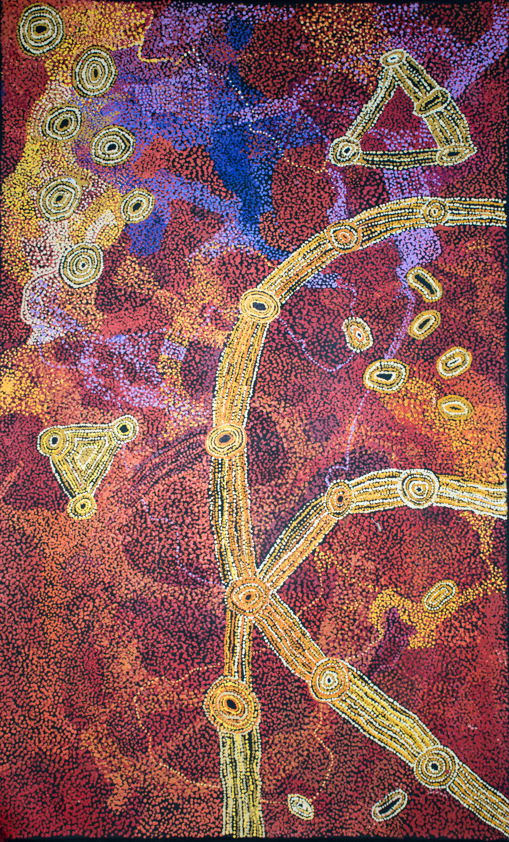 © Photo Aboriginal Signature. Le rêve des sept soeurs par l'artiste Sylvia Ken du centre d'art de Tjala. With the courtesy of the artist and Tjala arts.