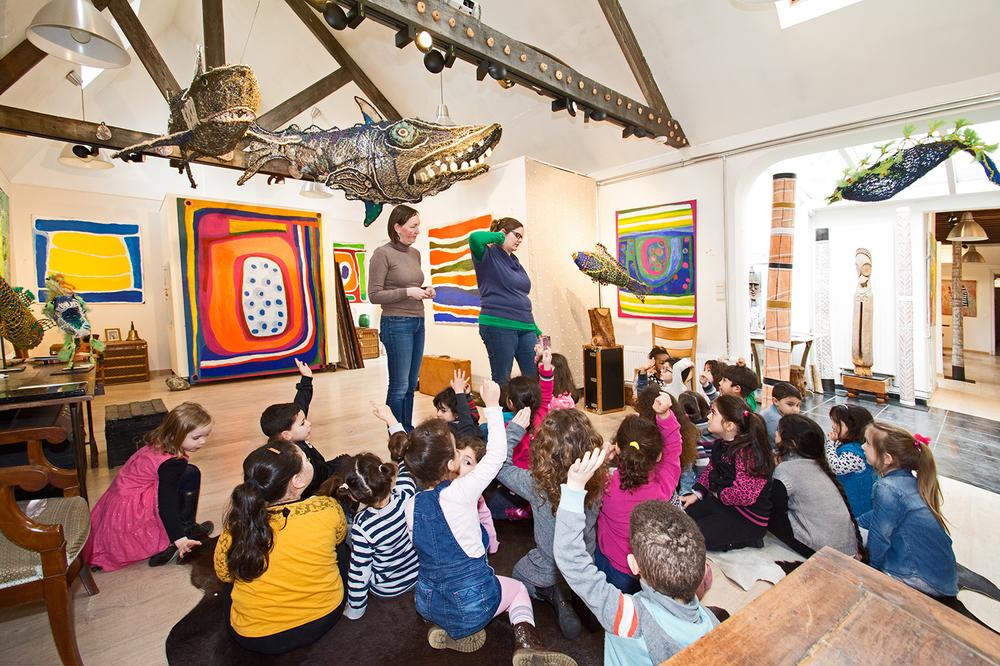 © Photo : Aboriginal Signature. Les enfants de 2e et 3e maternelle de l'école du Sacré Cœur à Bruxelles, en visite à la galerie avec leurs instituteurs, le 3 mars 2016.