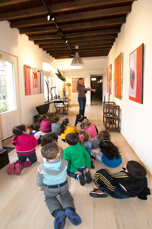 © Photo : Aboriginal Signature. Les enfants de 4 à 5 ans de l'école maternelle du Sacré Cœur à Koekelberg, en visite à la galerie avec leurs institutrices, en mars 2016.