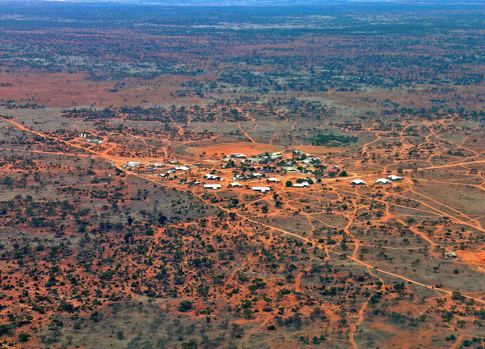 Vue de la petite communauté de Tjuntjunjara où rayonne le centre d'art du Spinifex Art Project. Un des endroits les plus éloignés sur terre, à 900 km de tout endroit habité. © photo with the courtesy of the Spinifex Art Project and Louise Allerton.