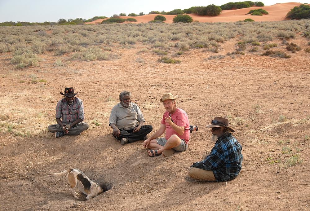 A Tjitjiti avec les artistes Aborigènes du Spinifex Art Project Pajtu Presley, Fred Grant et Simon Hogan. Avec l'appareil photo, Brian Hallett. © photo with the courtesy of the Spinifex Art Project.