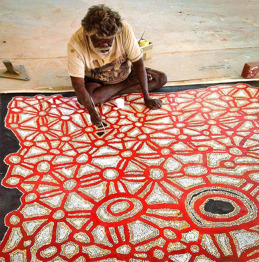 L'artiste Aborigène Fred Grant au travail sur une des toiles magistrales de l'exposition du Spinifex Art Project en cours à Bruxelles. © photo with the courtesy of the Spinifex Art Project.