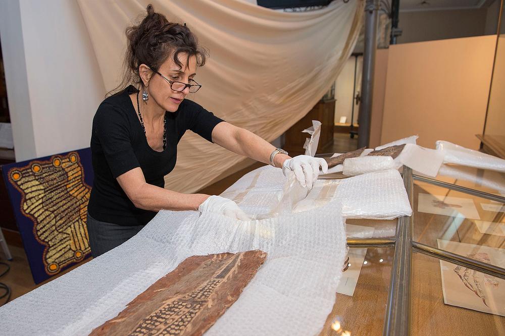 Erica Izett, préparant les écorces peintes en pigments naturels, pour l'exposition au Musée Océanographique de Monaco. © With the courtesy of Erica Izett.
