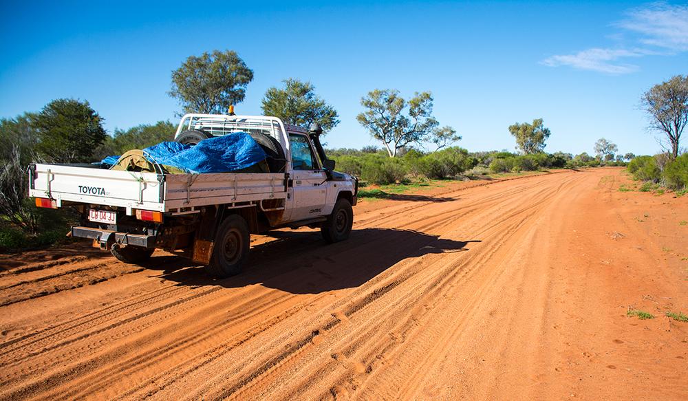 Notre véhicule 4x4 bien équipé pour affronter les routes de l'outback Australien. © Photo : Aboriginal Signature • Estrangin Fine Art galerie