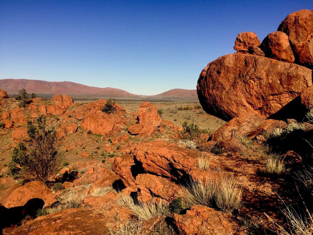Blocs rocheux érodés depuis 500 millions d'années, dans les territoires Aborigènes © Photo: Aboriginal Signature Estrangin Fine Art