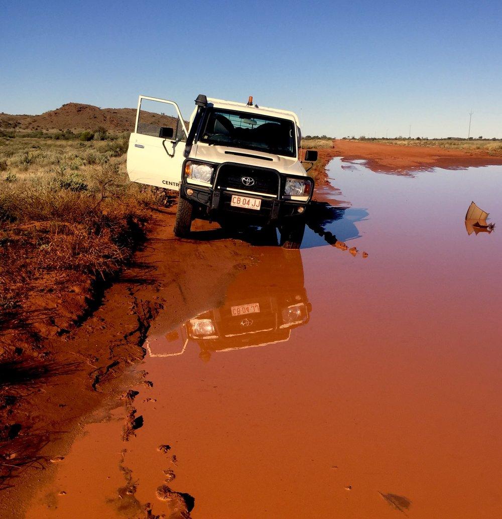 Notre véhicule 4x4 stoppe brutalement sur la piste. Un autre véhicule a eu moins de chance, avec son pare choc qui est resté au milieu . © Photo : Aboriginal Signature • Estrangin Fine Art galerie