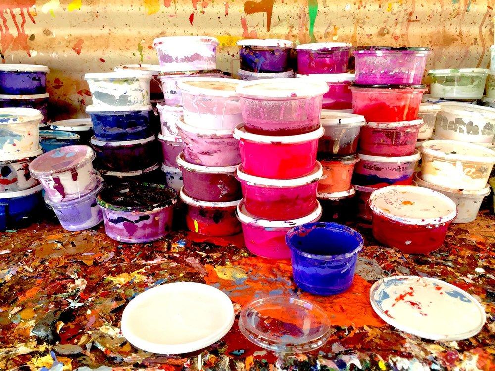 Vibration des pots de peinture dans un centre d'art Aborigène. © Photo : Aboriginal Signature • Estrangin Fine Art galerie