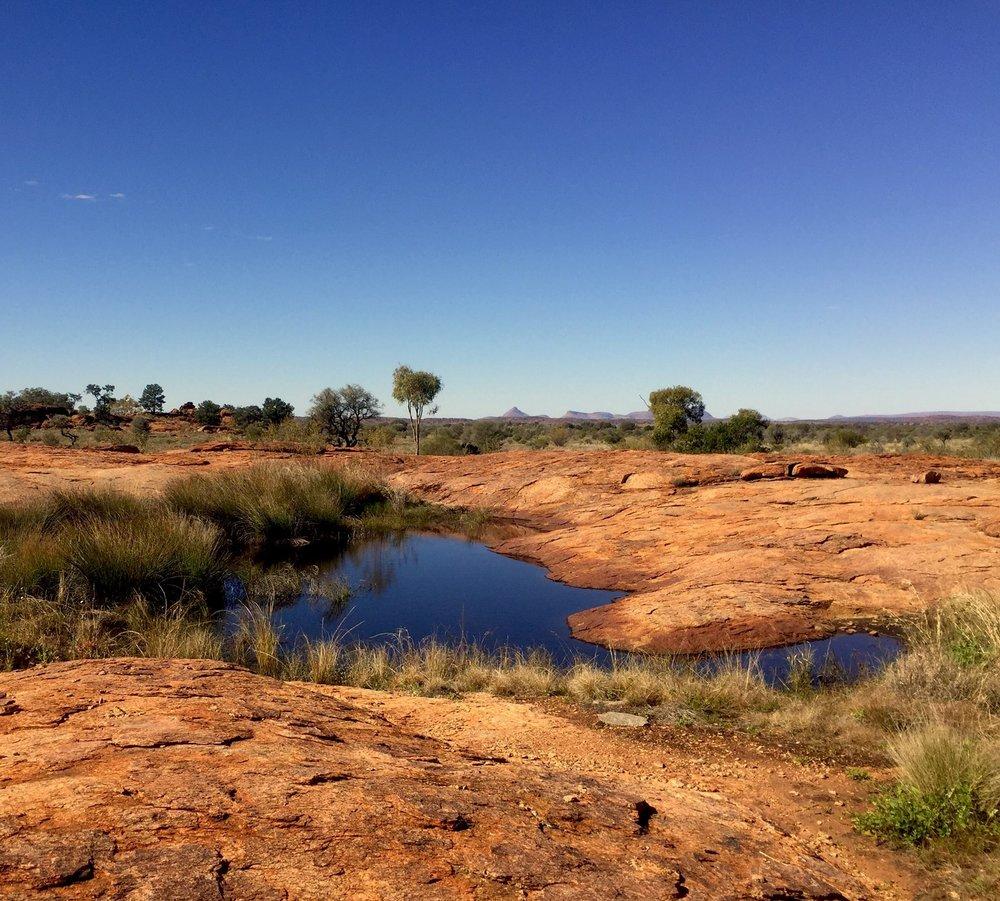 Les fameux rockhole d'Australie - trou d'eau dans la roche - souvent évoqués dans les peintures aborigènes© Photo : Aboriginal Signature • Estrangin Fine art gallery