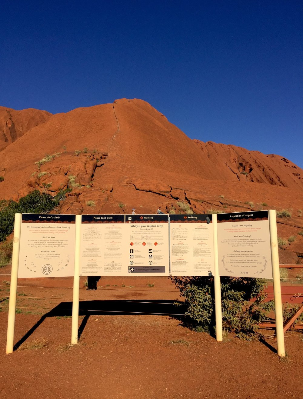Interdiction de monter sur Uluru. © photo : Aboriginal Signature • Estrangin Fine Art Gallery