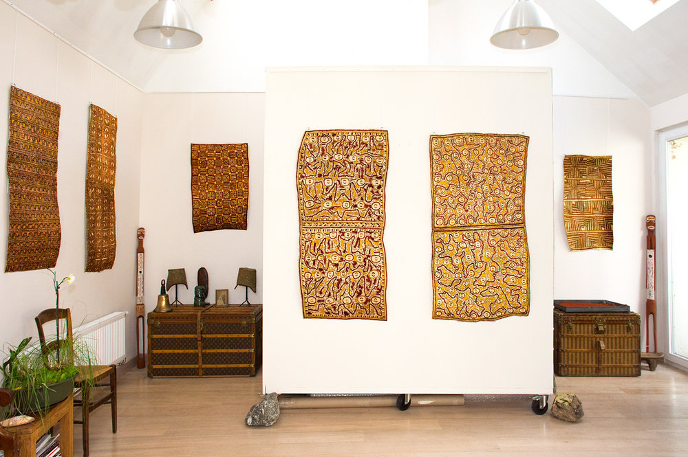 A gauche : étoffes d'écorce de l'artiste Jessie Bujava. Au fond à gauche, une œuvre de Jessie-Rose Evovo. Au fond au milieu : deux tapas de l'artiste Dapeni Jonevari. © Photo : Aboriginal Signature • Estrangin Fine art gallery.