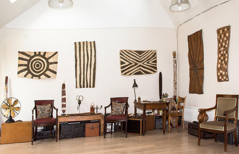 De gauche à droite : une barkclothe de l'artiste Ilma Savari, puis deux autres de l'artiste Sarah Ugibari.  A droite : deux étoffes d'écorce de l'artiste Brenda Kensi.  © Photo : Aboriginal Signature • Estrangin Fine art gallery.
