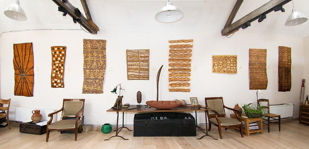 """Vue de la salle """"imprimerie"""" lors de l'exposition des artistes Ömies de Papouasie Nouvelle Guinée. © photo : Aboriginal Signature gallery."""