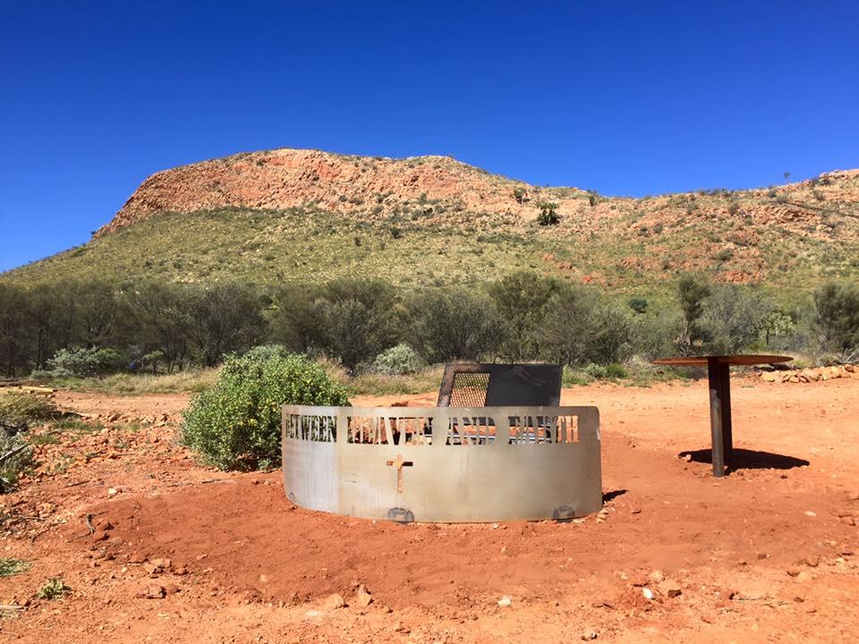 Un monument entre Ikuntji et Papunya Tula, subventionné généreusement par Mel Gibson. © Photo : Aboriginal Signature • Estrangin Gallery