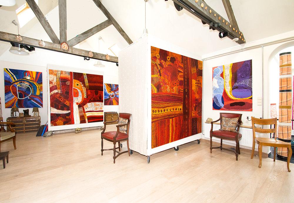 """Vue de l'exposition d'art Aborigène """"Empreintes Eternelles"""". Au fond à gauche une peinture de l'artiste Bernard Tjalkuri, titre : Tjitji Tjuta, 150 x 121 cm. Ensuite une œuvre de l'artiste Maringka Baker, titre : Ngura Kamanti, 200 x 200 cm. Puis une autre peinture de Bernard Tjalkuri, titre : Kalaya Tjuta, 120 x 100 cm. Au premier plan, une œuvre magistrale de Maringka Baker, titre : Minyma Kutjarra Tjukurpa, 200 x 200 cm et une œuvre de l'artiste Tjampawa Stevens, titre : Piltati, 120 x 90 cm, . © Photo Aboriginal Signature • Estrangin gallery, with the courtesy of the artists and Tjungu Palya Art."""