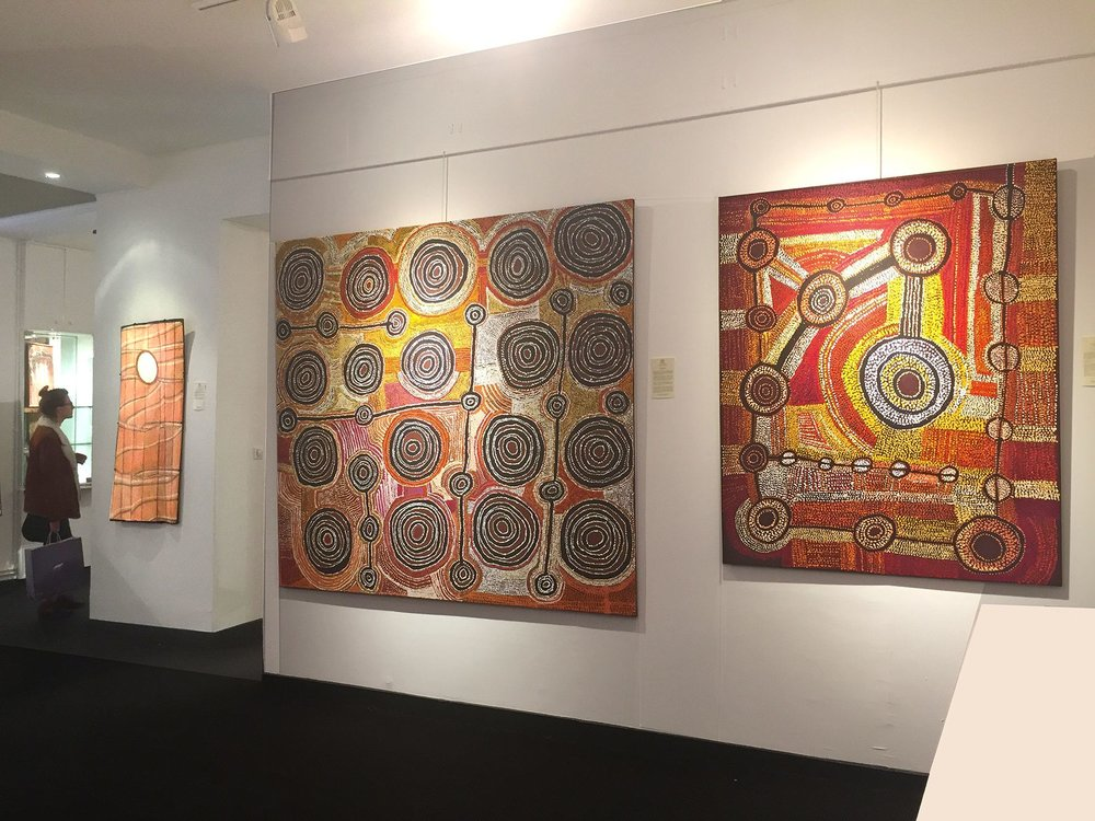 Trois œuvres présentées dans le cadre du Parcours des Mondes 2017 : de gauche à droite, les artistes Kay Lindjuwanga de Maningrida, Taylor Cooper, Willy Mutjantji Martin. © Photo : Aboriginal Signature Estrangin, with the courtesy of the artists and Maningrida, Kaltjiti Arts, Mimili Maku.