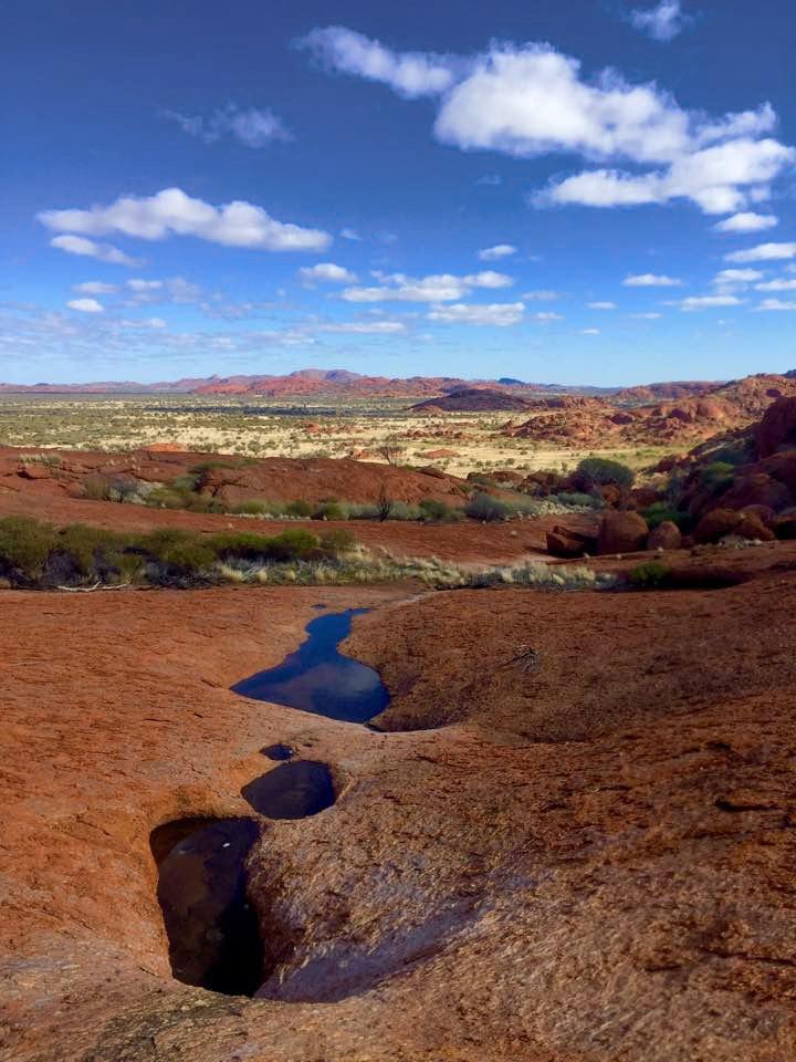 Vue de la vallée de la communauté Aborigène de Mimili Maku dans le APY land. © Photo : Aboriginal Signature Estrangin gallery
