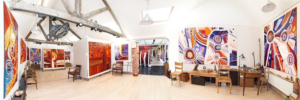 Vue panoramique de la galerie Aboriginal Signature lors de l'exposition avec les grands artistes de Tjungu Palya.