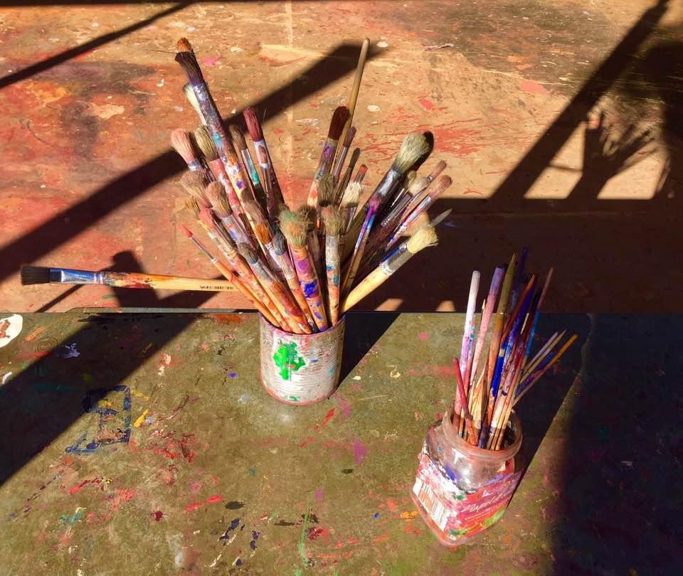 Dans ce temple de la création qu'est Tjala Arts, vue des pinceau des artistes. © Photo : Aboriginal Signature Estrangin gallery
