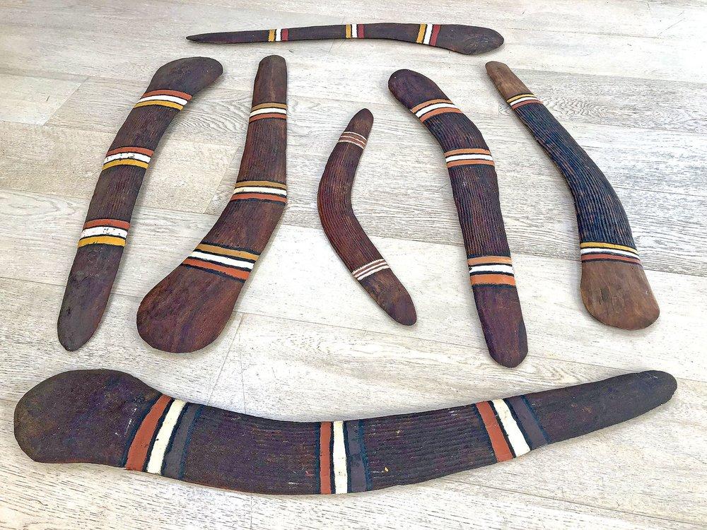 Boomerang/Jarrangarr de l'artiste Boxer Pompirla Hanson. Formats de 45 à 78 cm. © Photo Aboriginal Signature Estrangin gallery with the courtesy of the artist and Mangkaja Arts.