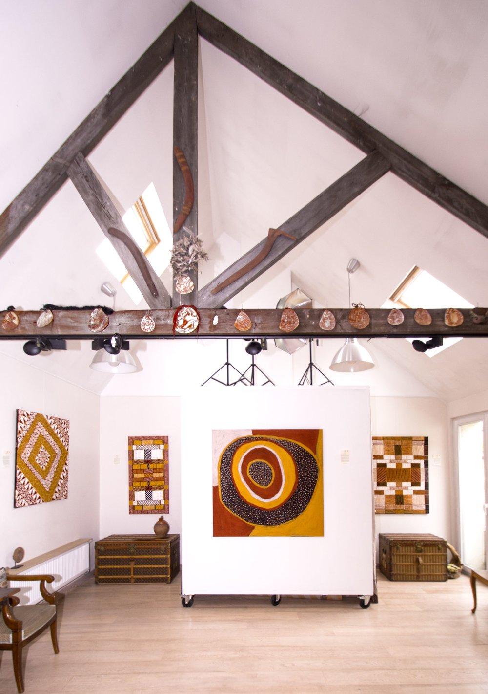 "Exposition d'art Aborigène ""One Island One side"" avec les artistes des Iles Tiwi,  à Bruxelles jusqu'au 2 juin 2018. De gauche à droite, œuvres des artistes Alison Puruntatameri - Jilamara Design - 100 x 100 cm, Brian Farmer Illortaminni - Jilamara - 120 x 60 cm, Timothy Cook - Kulama ceremonies - 120 x 120 cm, Brian Farmer Illortaminni - Jilamara - 120 x 90cm."