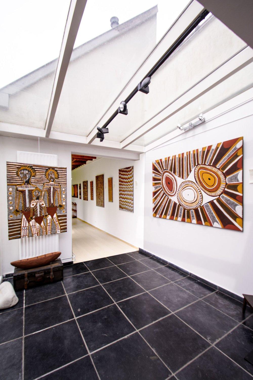 """Exposition d'art Aborigène """"One Island One side""""  avec les artistes des Iles Tiwi, à Bruxelles jusqu'au 2 juin 2018. De gauche à droite, œuvres des artistes : Jon Jon Bush - Regeneration - 120 x 90cm. Lydwina Puruntatameri - Kulama Design - 180 x 120 cm."""