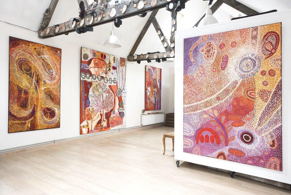 De gauche à droite, œuvre des artistes Nynmiti Burton (Tjala), Alec Baker and Peter Mungkuri (Iwantja), puis Kunmanara Martin (Mimili Maku), Ngupulya Pumani Margaret (Mimili Maku). Photo Aboriginal Signature Estrangin gallery with the courtesy of the artists and the art centres.