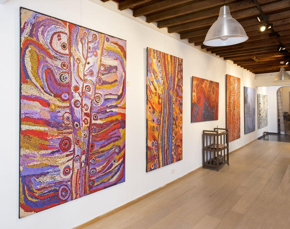 De gauche à droite, œuvre des artistes Wawiriya Burton (Tjala), puis Alison Munti Riley (Ernabella), puis Mitakiki Seven sisters stories (Tjala). Photo Aboriginal Signature Estrangin gallery with the courtesy of the artists and the art centres.