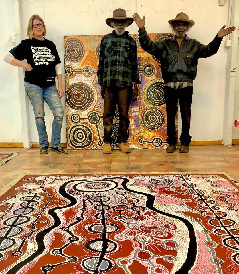 Les artistes Witjiti Georges, Taylor Cooper et Gillian la manager du centre d'art de Katjiti.  Photo des œuvres actuellement exposées à la galerie.  © Photo : Aboriginal Signature Estrangin gallery en Juillet 2018