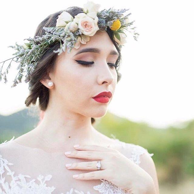 Nothing better than a classic bridal makeup look! This one executed flawlessly by @raizamontes 📷 @camillefontz . . . . . . . . #puertorico#puertoricolohacemejor#puertoricowedding#destinationwedding#beachwedding#island#isladelencanto#weddingblog#weddinginsider#puertoricoblog#latinablogger#subscribe#newsletter#bodasdelencanto#bodasdelencantoexclusive#bridalmakeup#bridalbeauty#hairandmakeup