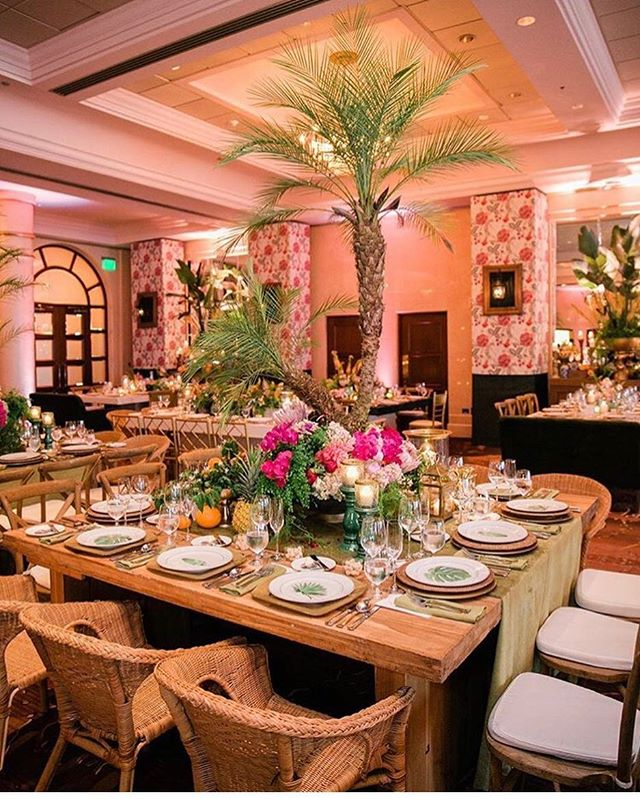 The perfect blend of luxury and tropical vibes executed perfectly by @emilioolabarrieta at @condadovanderbilt. 📷 @vanessavelezphotography  #bodasdelencanto . . . . . . #puertorico#puertoricolohacemejor#puertoricowedding#destinationwedding#beachwedding#island#isladelencanto#weddingblog#weddinginsider#puertoricoblog#latinablogger#subscribe#newsletter#bodasdelencantoexclusive