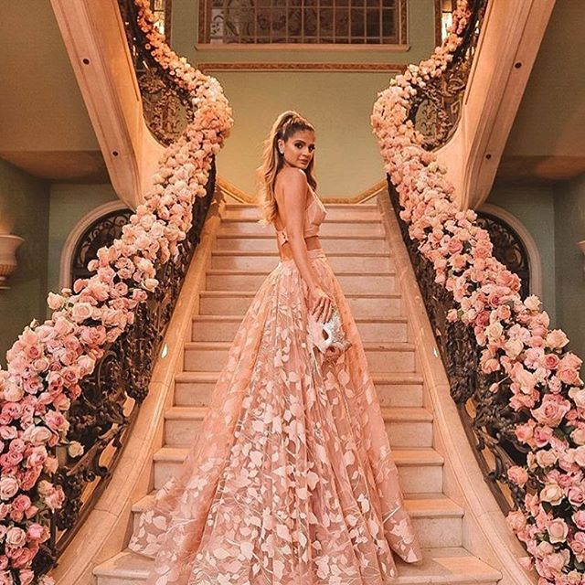 Staircase to heaven! ⠀⠀⠀⠀⠀⠀⠀⠀⠀ How many of you would love a staircase like this at your wedding? Let me know in the comments! 💕 #repost @weddingforward 📸 @pedrofonsecaph Dress @marthamedeirosreal 💄 @juniormendes Model @thassianaves . . . . . . #weddingreception #weddingdecor #weddingflowers #couture #bridalcouture #floridabride #orlandobride #floridaweddings #puertoricoweddings #destinationweddingplanner #weddingplanner #weddinginspiration