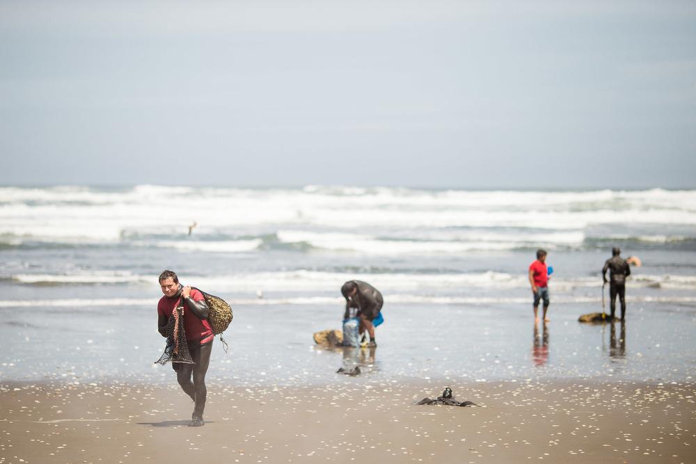 chile-chiloe-fishermen-beach-ocean-3