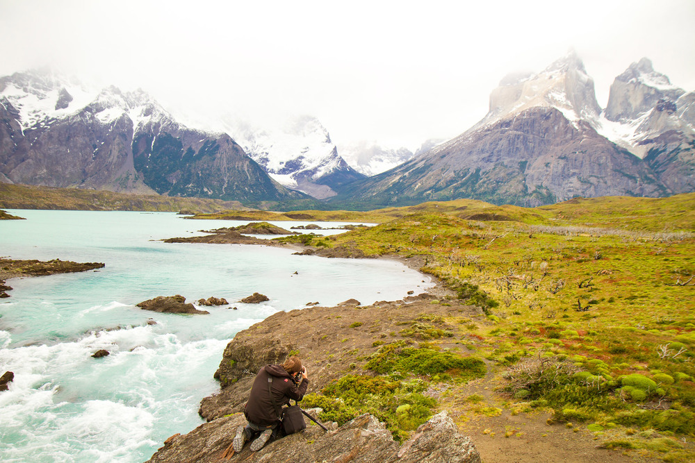 Wedding-Travellers-Overlanding-Destination-Wedding-Chile-Torres-del-Paine-turquoise-cuernos-lago-lake-nordenskjold-river-backstage-photographer-taking-picture