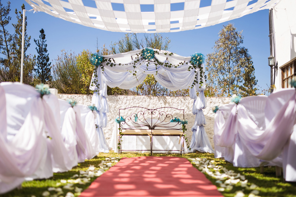 white-blue-wedding-decoration-ceremony-garden