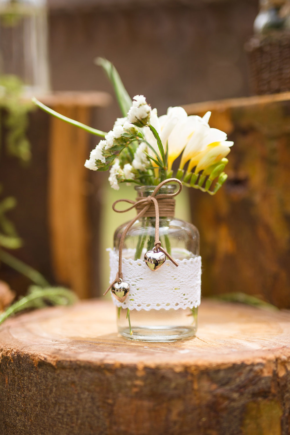 Wedding-Travellers-Destination-Wedding-Peru-Cusco-Hacienda-Sarapampa-Sacred-Valley-decoration-white-flower-glass
