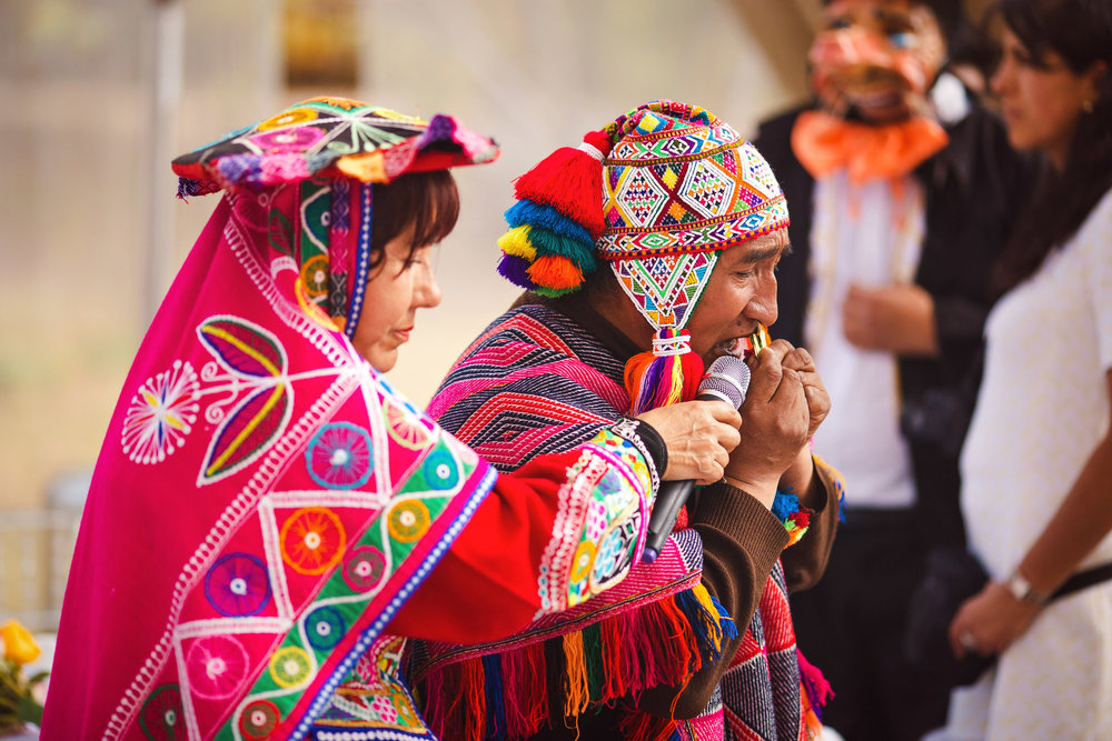 Wedding-Travellers-Destination-Wedding-Peru-Cusco-Hacienda-Sarapampa-Sacred-Valley-traditional-andean-ceremony-koka-kintu-three-coca-leafs-shamrock