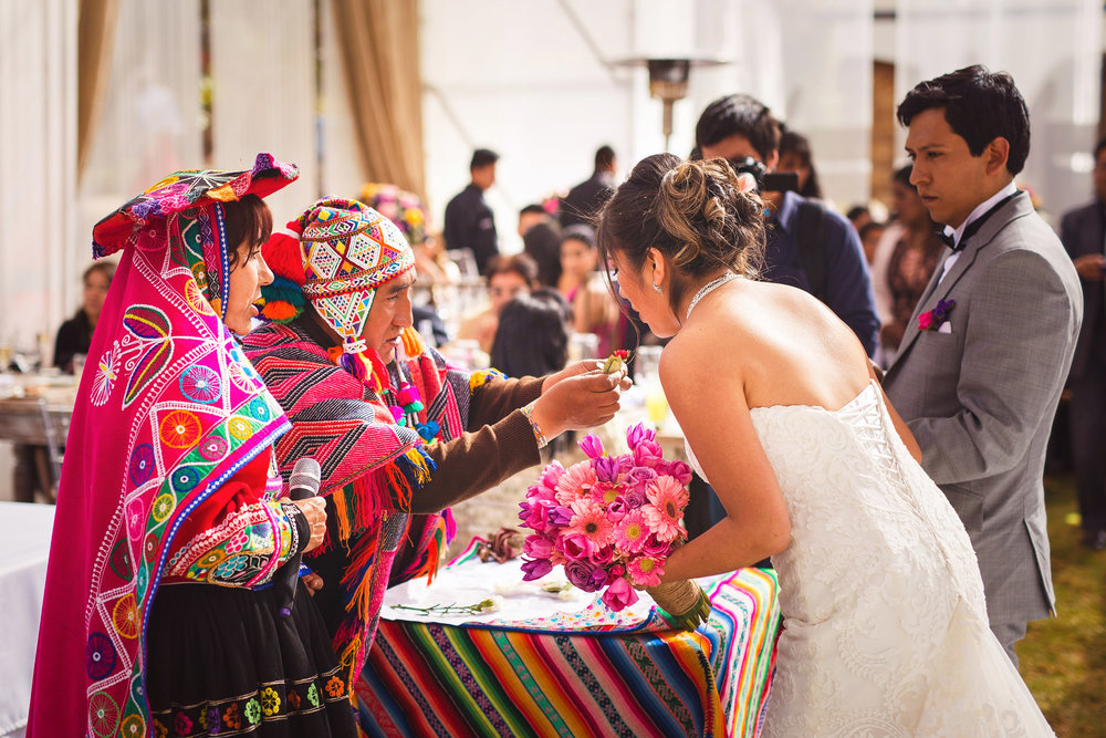 Wedding-Travellers-Destination-Wedding-Peru-Cusco-Hacienda-Sarapampa-Sacred-Valley-traditional-andean-ceremony-koka-kintu-coca-leafs-wishes
