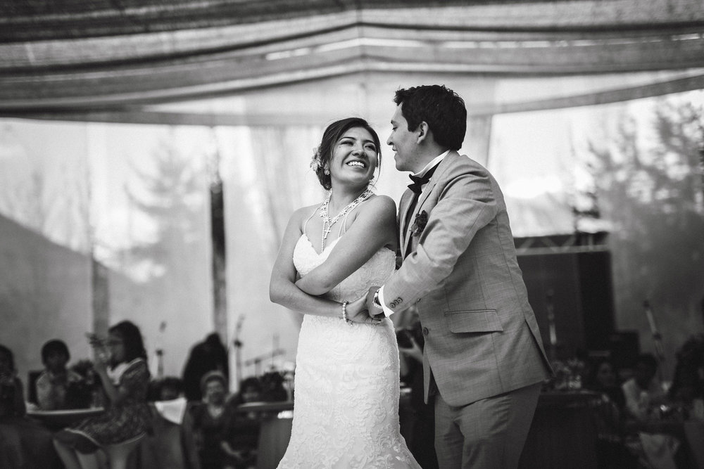 Wedding-Travellers-Destination-Wedding-Peru-Cusco-Hacienda-Sarapampa-Sacred-Valley-first-dance-black-white