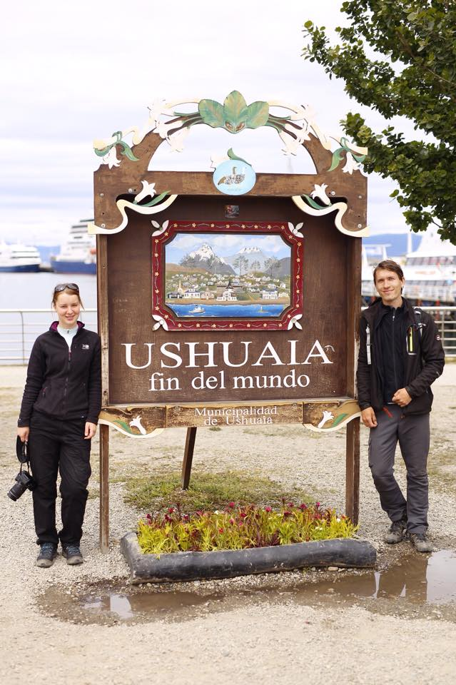 wedding-travellers-destination-wedding-argentina-fin-del-mundo-end-world-ushuaia-sign